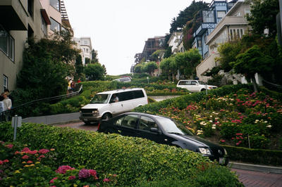 Un morceau de Lombard Street, supposement la rue la plus sinueuse au monde