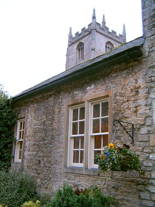 Cottage de Castle Combe, vue sur le clocher de l'église (UK, 31 Octobre 2004)